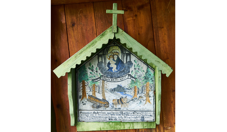 Blick auf ein Heiligenbild, im Hintergrund eine Holzwand