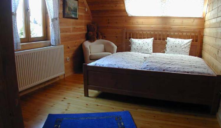 Schlafzimmer mit Doppelbett. (© Rehn)