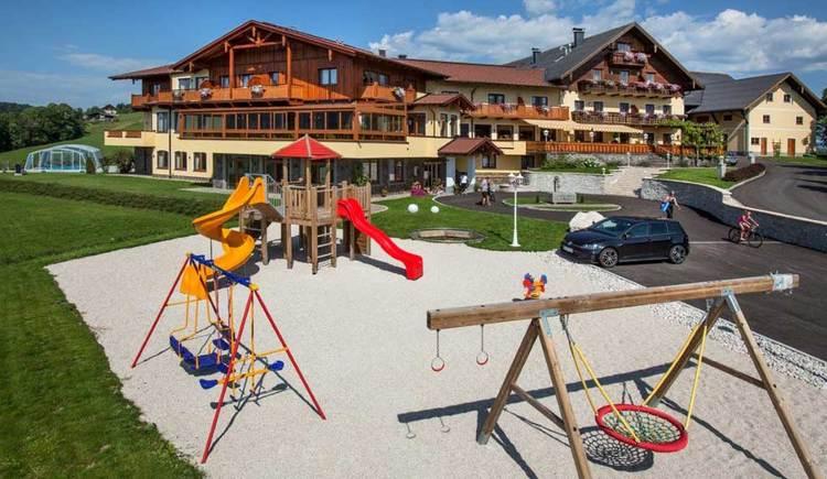 Blick auf den Leidingerhof, im Vordergrund ist ein Kinderspielplatz. (© Foto Dorfstetter)