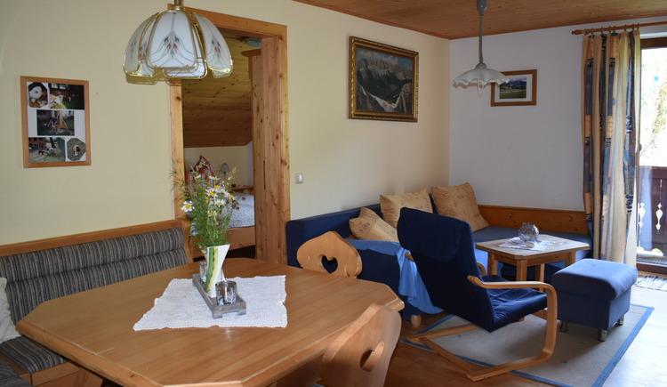 Wohn-Ess-Zimmer mit Küchenzeile, gemütlich und funktionell ausgestattet.