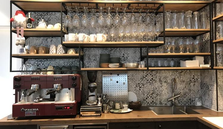 Hier siehst du den Schankbereich des CafeLadens, wo Getränke und verschiedene Kaffees für dich zubereitet werden. (© CafeLaden Bad Goisern, Gabriele Pramesberger)