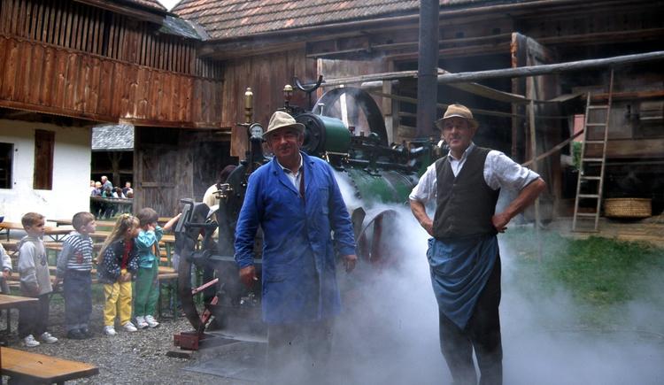 Alljährlich seit nunmehr über 30 Jahren, findet in der 3. Septemberwoche die Druschwoche am Stehrerhof statt. Der Dampfer wird eingeheizt und betreibt wie vor über hundert Jahren die Dreschmaschine an mit der Getreide gedroschen wird. In der Tenne sind die Handdrescher am Werk und vor dem Hof werden die Pferde in den Göpel eingespannt der ebenfalls eine kleine Dreschmaschine betreibt. (© Stehrerhof)