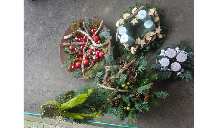 Adventkränze mit Kerzen