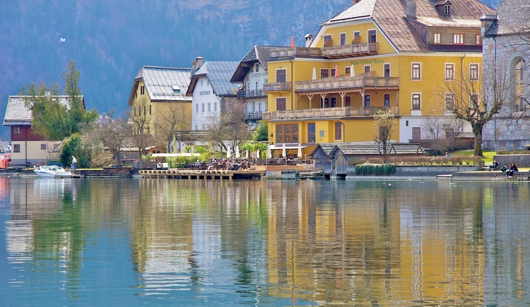 Directly in front of the terrace door is the beautiful Lake Hallstatt in the holiday region Dachstein-Salzkammergut.