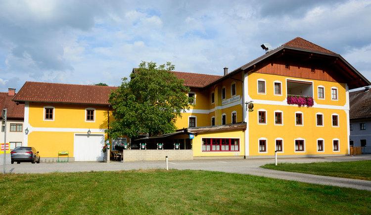 Frontansicht Landgasthof Nussbaumer in Reichthalham Zimmer und Gasthof mit regionalen Spezialtiäten. (© Fam. Höchsmann_ Foto:HerbertBenedik)
