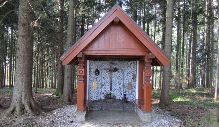Blick auf die offene Kapelle aus Holz