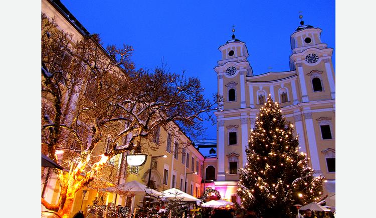 Beleuchteter Christbaum, im Hintergrund die Kirche. (© Tourismusverband MondSeeLand)