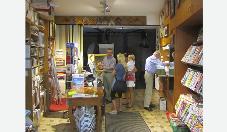 Blick in das Geschäft, Zeitungen, Personen. (© Tourismusverband MondSeeLand)