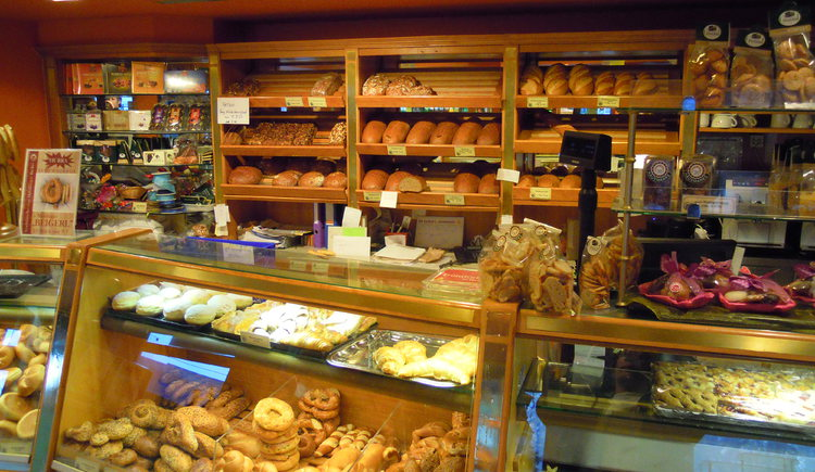 Vitrine der Bäckerei mit Köstlichkeiten.