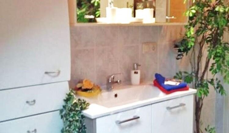 Neues Bad mit Fenster u. vielen Schränke sowie Ablagen. (© J. Lindemann)