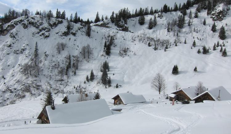 die verschneiten Hütten am Rinnberg