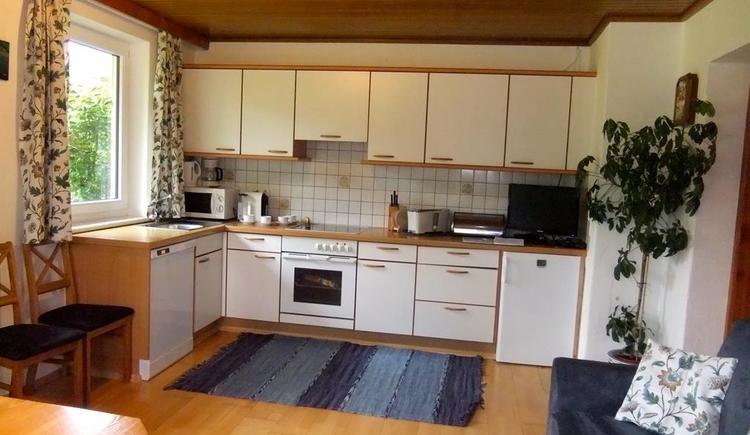 Küche mit Geschirrspüler und Nespressomaschine
