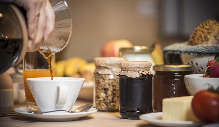 Entspanntes Frühstück in der Hütte (© Ramenai Das Böhmerwaldlerdorf)