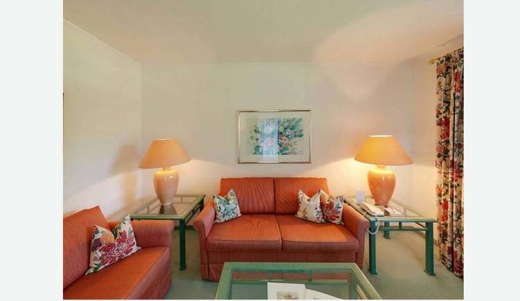 Wohnbereich mit Tischen und Tischlampen, Sofas