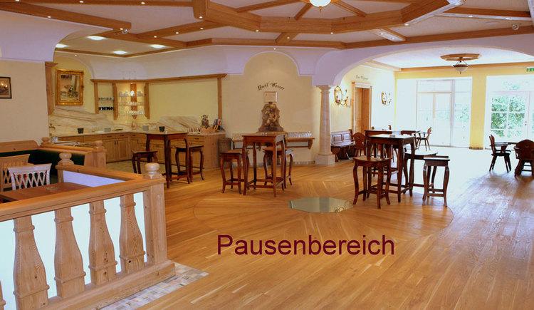 tables, chairs, juice bar/ coffee corner. (© Eichinger)
