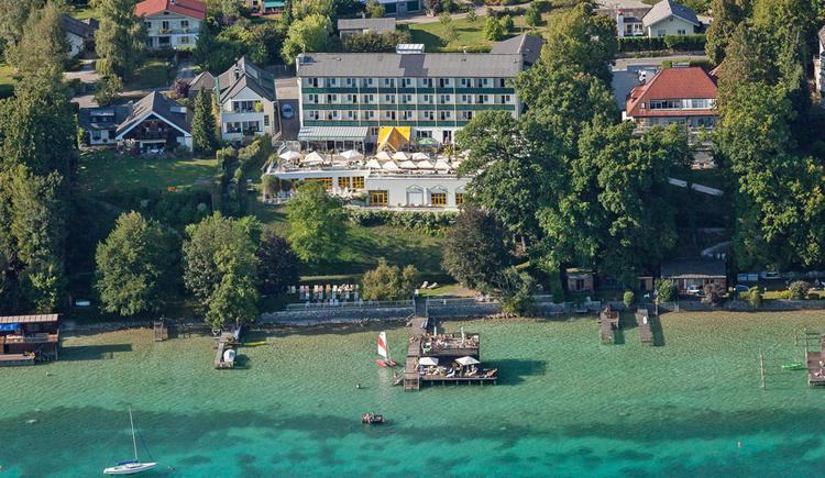 Luftbild auf das Hotel Attersee von der Seeseite aufgenommen. (© Hotel Attersee)
