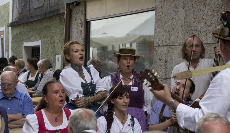 Singing and violin group at the Aufgeigen in Bad Goisern. (© Viorel)