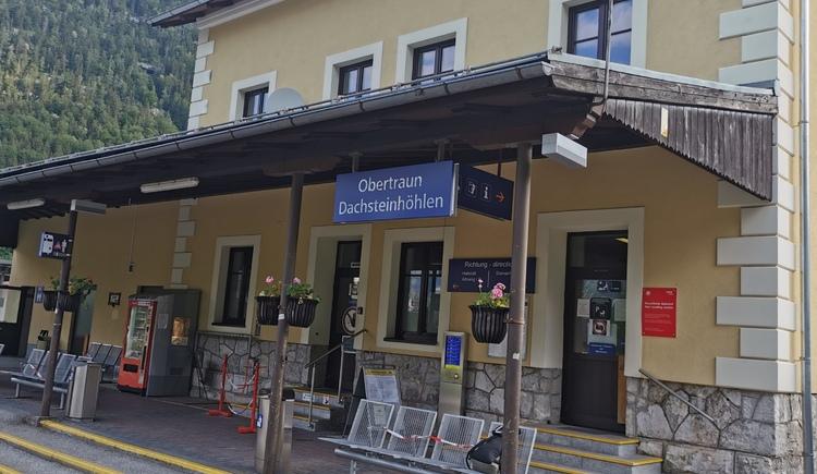 Wartebereich für die Fahrgäste am Bahnhof Obertraun Dachsteinhöhlen. (© Ferienregion Dachstein Salzkammergut)