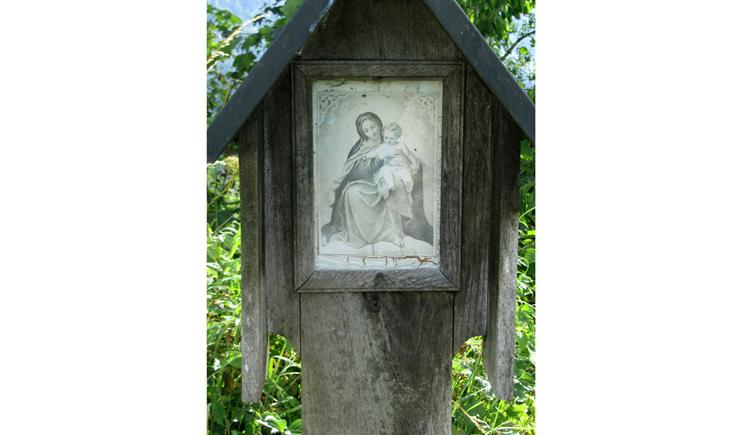 Blick auf ein Holzmarterl mit einem Heiligenbild