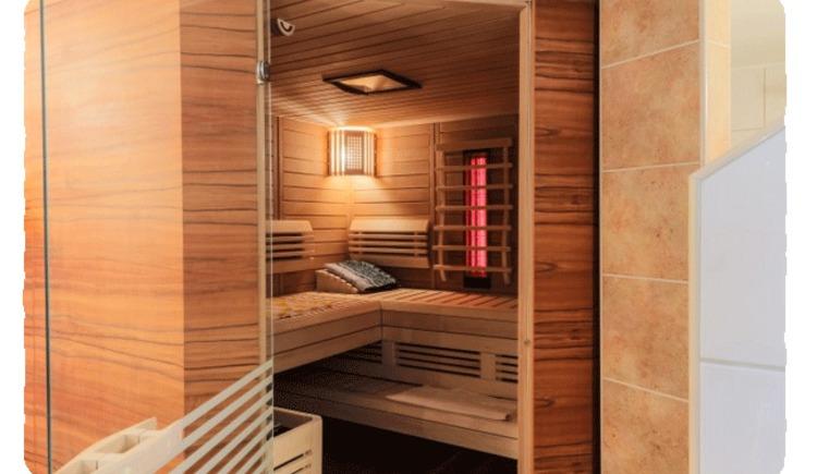 Blick von außen in die Sauna (© Roman Gutenthaler)