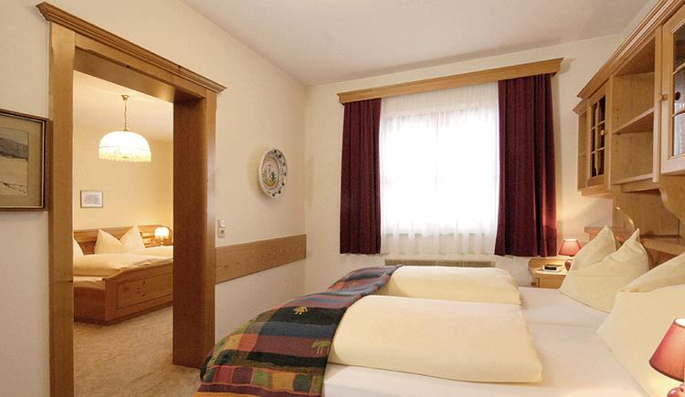 das Schlafzimmer mit großem Doppelbett. (© Brandwirt)