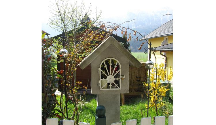 Blick auf das Marterl, im Hintergrund Wiesen, Häuser