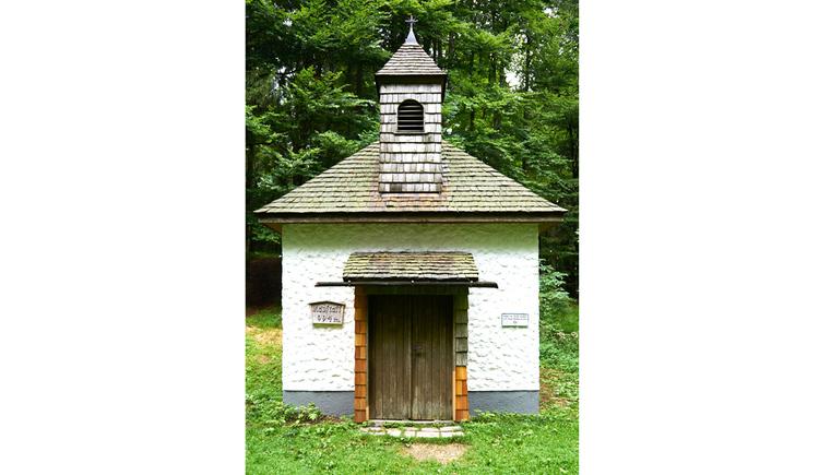 Blick auf die Kapelle, mit Holztür