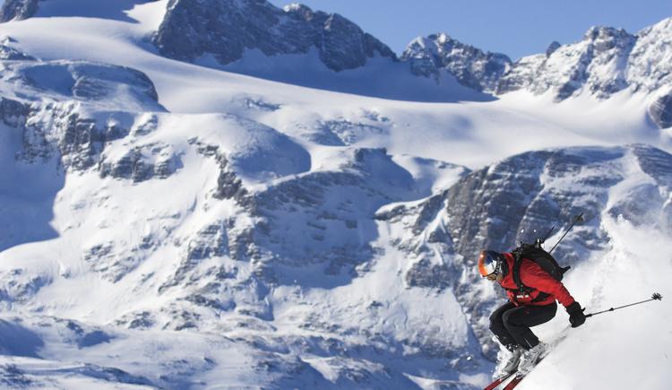 Skifahrer mit Dachstein im Hintergrund. (© OOE Tourismus-Erber)