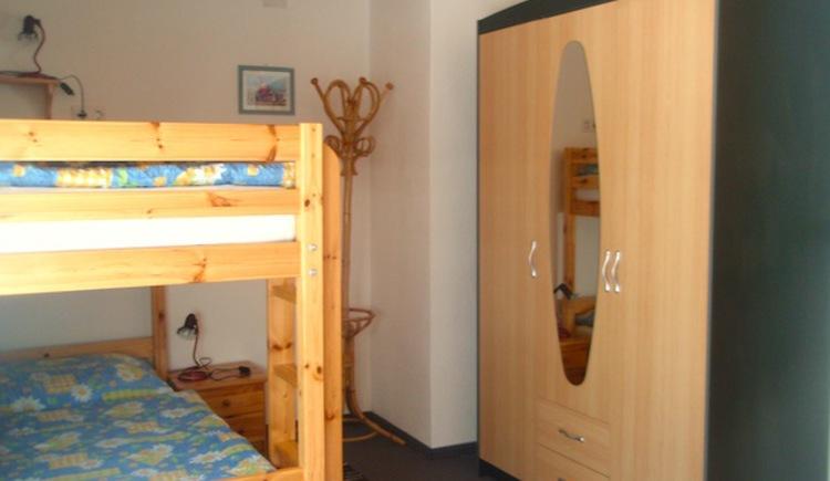 Das separate Kinderzimmer ist mit einem Stockbett und Kleiderschrank ausgestattet.