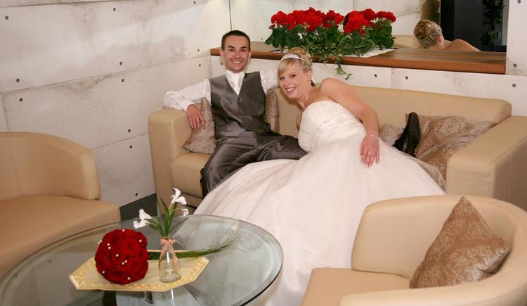 Hochzeitspaar im Loungebereich