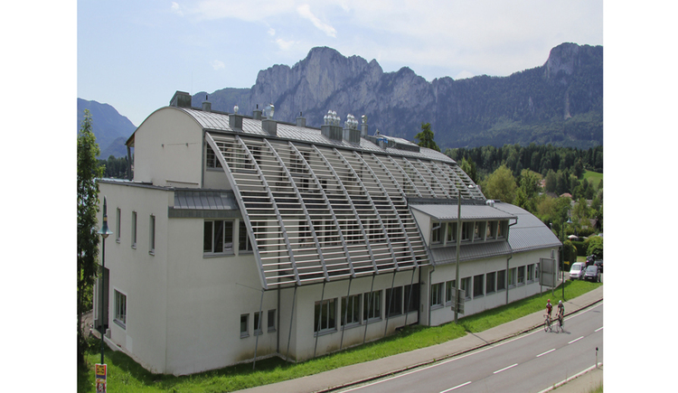 house, mountains and a street. (© Limnologie Mondsee)
