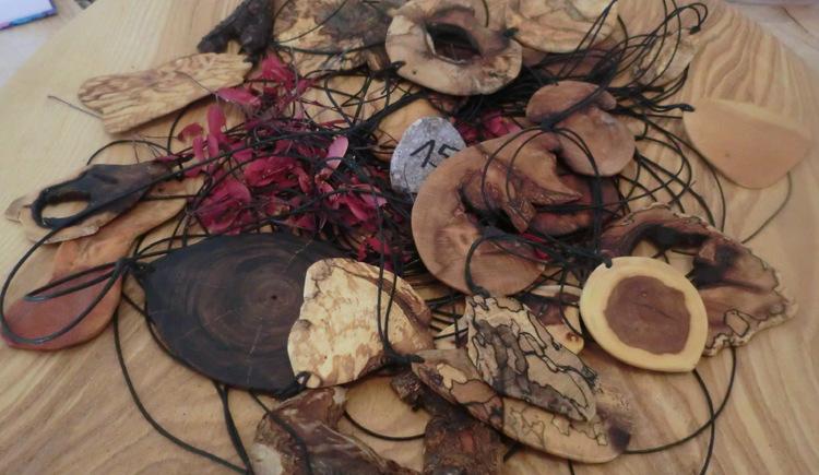 Sortiment von verschiedenen Holzanhängern mit Bänder