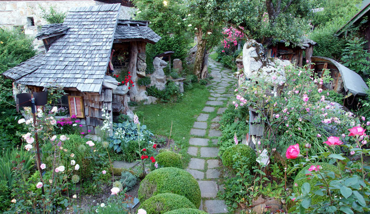 Gartengalerie mit Skulpturen und eingen Pflanzen