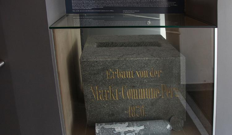 Der Grunbdstein des Rathauses aus 1875, wieder entdeckt bei Sanierungsarbeiten 2011