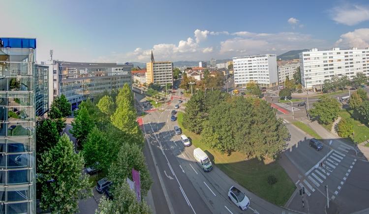Sieben Straßenzüge laufen am Bulgariplatz zusammen, zusätzlich quert ihn auch noch die Straßenbahn und verschwindet im Norden unter der Erde.