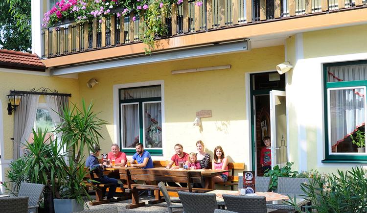 Gasthof Pension Reisecker, Lohnsburg, Gastgarten. (© Innviertel-Tourismus)