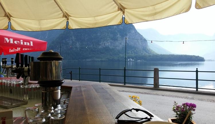 Die Schirmbar bietet auch eine gute Aussicht auf den Hallstättersee. (© Ferienregion Dachstein Salzkammergut)