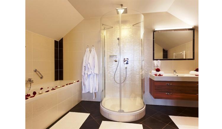 Badezimmer mit Badewanne, Dusche, Waschbecken, Spiegel