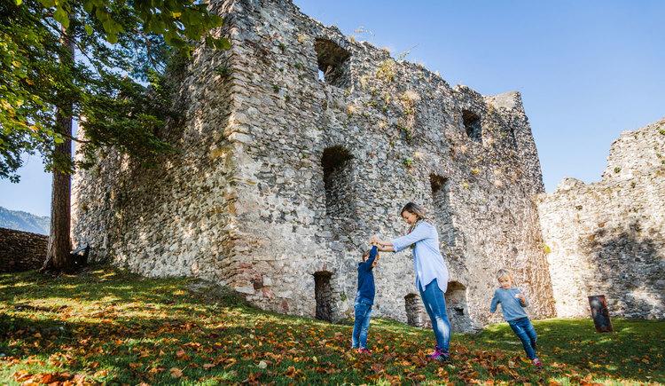 Das Gelände der Burg Losenstein bietet viel Platz zum spielen und toben (© Melanie Eichenauer/TV Nationalpark Region Ennstal)