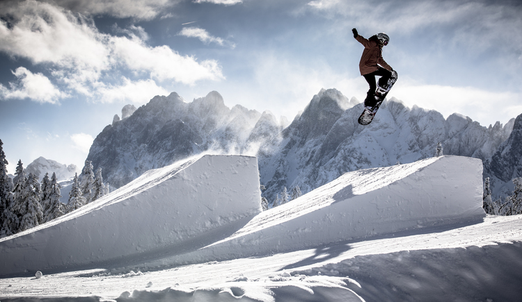 A snowboarder practices in the legendary snow park. (© Snowpark Dachstein West/QParks)