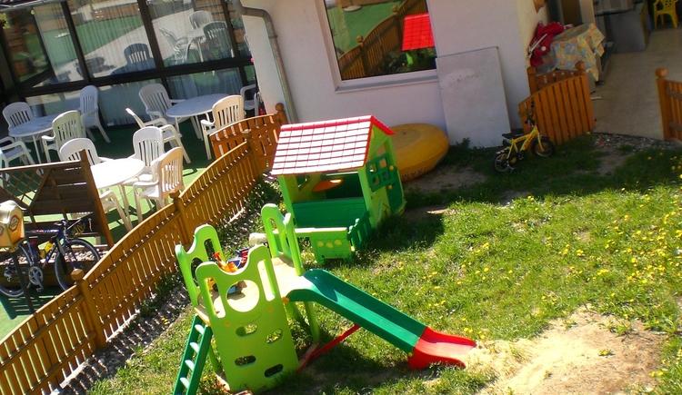 Gasthof Haunschmid, eingez\u00e4unter Kinderspielplatz. (© Gasthof u. Pension Haunschmid)