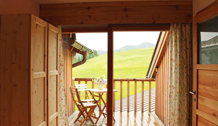 Blick vom Schlafzimmer auf den Balkon und die angrenzenden Wiesen