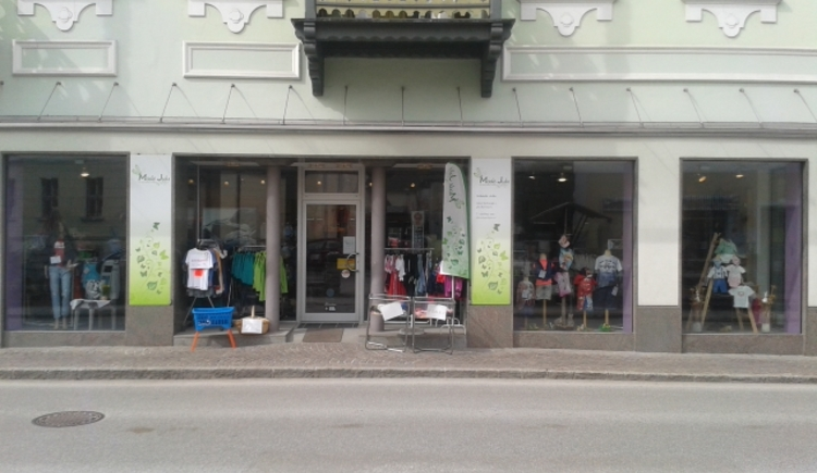 Fashion shop for kidswear, underwear as well as ladieswear and accessories.