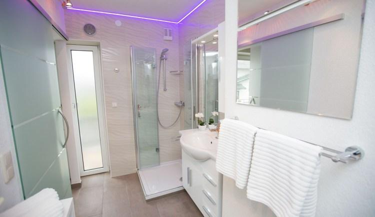 Fewo 1 de luxe mit Balkon - Badezimmer - Pension Knoll **** Schörfling am Attersee (© Pension Knoll)