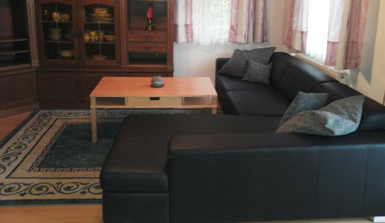 Wohnbereich mit Couch, Tisch, Teppich