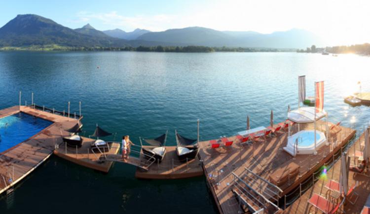 1500 m2 Spa im See mit ganzjährig geheiztem Seebad 30°C und schwimmendem Whirlpool. (© Weisses Rössl)