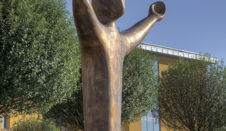 Der Friedensbote ist das letzte bildhauerische Werk von Manfred Daringer. Es wird im Zuge der Eröffnung des DARINGER LEBENSWEG der Kunst feierlich geweiht. (© www.daringer.at)