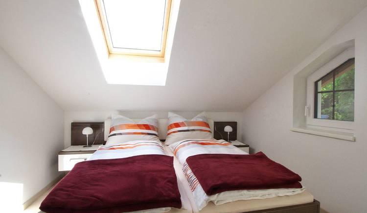 Hell und freundlich eingerichtetes Schlafzimmer mit Balkon