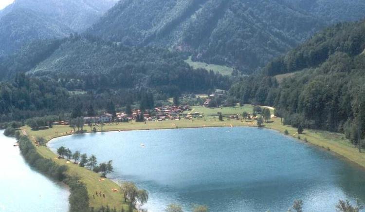 Der Elisabethsee im Gemeindegebiet von St. Pankraz gehört zu den schönsten Badeplätzen der Region. In unmittelbarer Nähe befinden sich ein Campingplatz und das Gasthaus Steyrbrücke mit Wilderermuseum. geringe Auflösung! (© Pyhrn-Priel Tourismus GmbH)