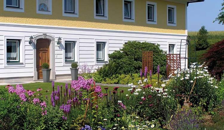 Vierkanthof mit Hofgarten in der Region Linz-Land.